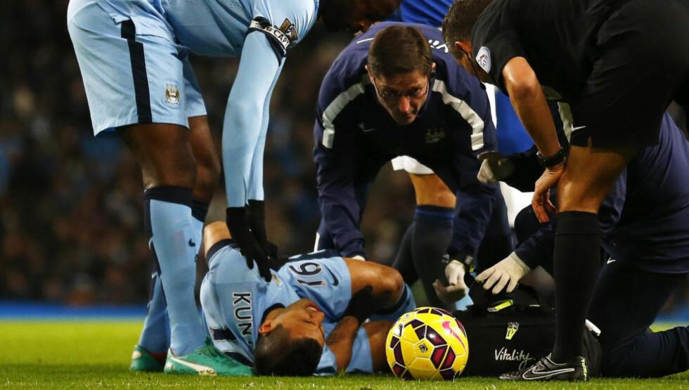 SMERTEFULLT: Sergio Agüero kan være borte fra fotballbanen i minst en måned etter at han ødela kneet sitt i seieren over Everton lørdag. Foto: REUTERS / Darren Staples / NTB Scanpix