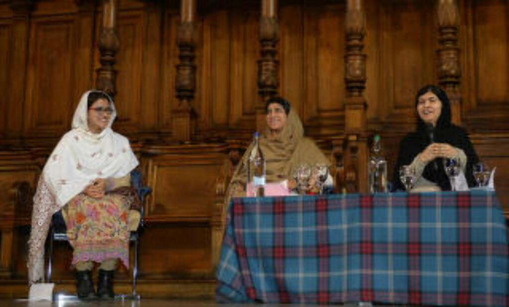 VENNINNER:  Pakistanske Kainat Riaz (v) and Shazia Ramzan (midten) med Malala. Foto: Russell Cheyne / Reuters / NTB Scanpix