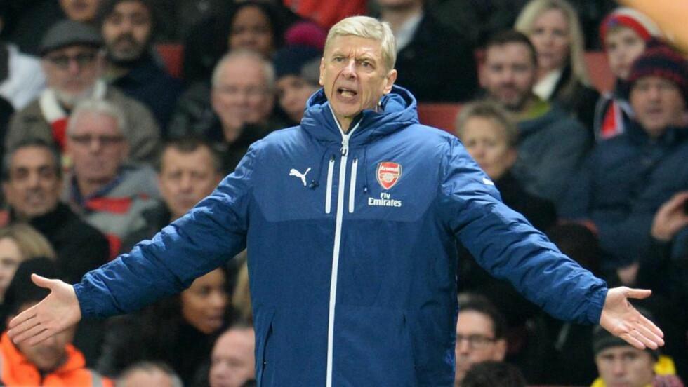 SKJØRE SPILLERE: Arsene Wenger klaget på sitt eget lag etter nederlaget, han mente Arsenal-spillerne ikke er tøffe nok. Foto: EPA/ANDY RAIN / NTB SCANPIX