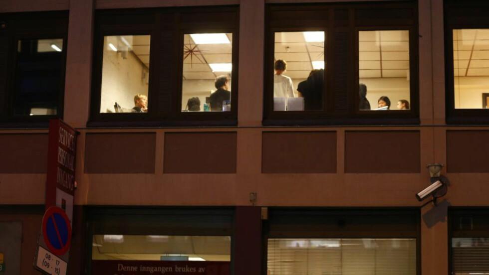 SAMLET: Hotelldirektør André Schreiner og resten av ledelsen ved Hotel Royal Christiania i Oslo sentrum samlet seg etter dagens gisselsituasjon.  Foto: Heiko Junge / NTB scanpix