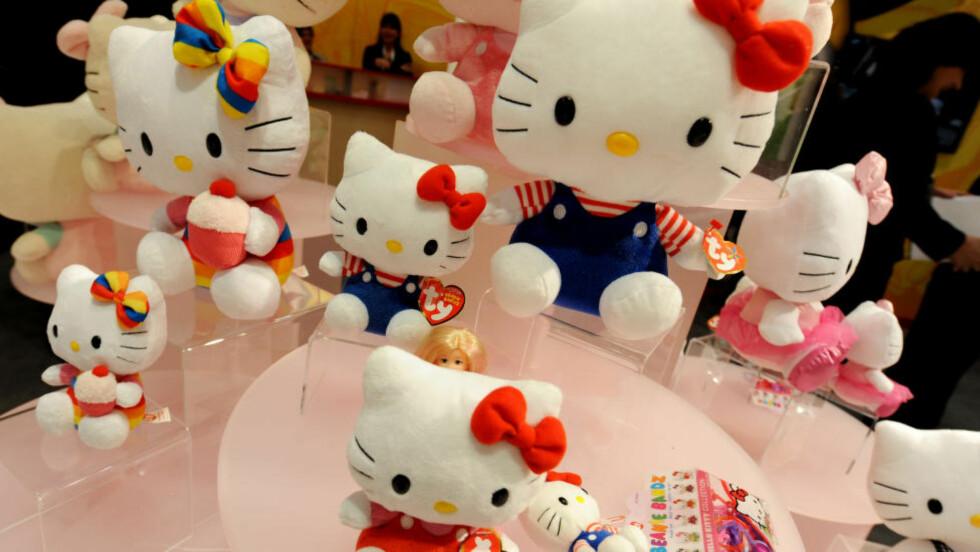 KATT?:  De fleste har vel antatt at den populære figuren «Hello Kitty» skal forestille en katt. Nå sier skaperne av figuren at det slettes ikke er en katt, men ei lita jente. Det har skapt oppstyr på Twitter. Foto: NTB Scapix