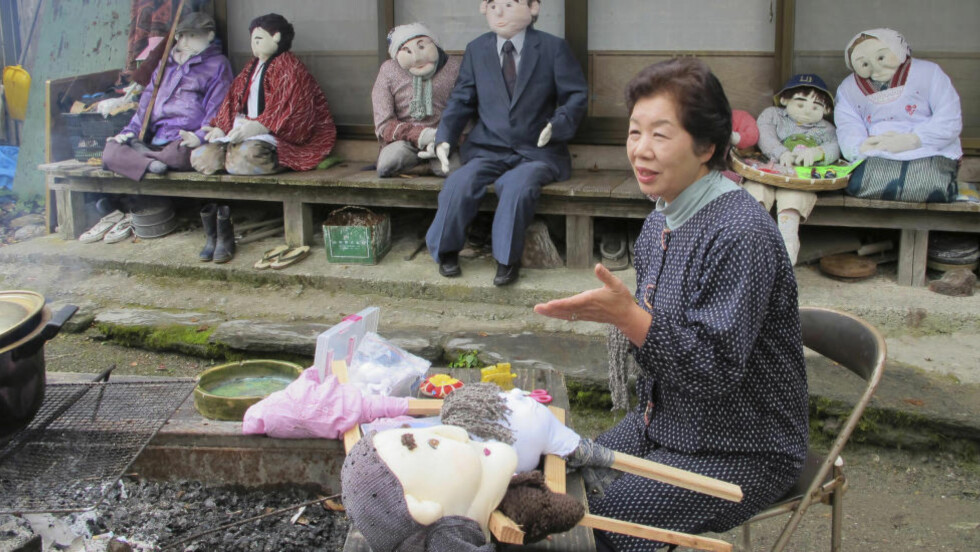 LITT ENSOMT: Tsukimi Ayano med sine fugleskremsel-naboer. Alle foto: AP/ NTB Scanpix