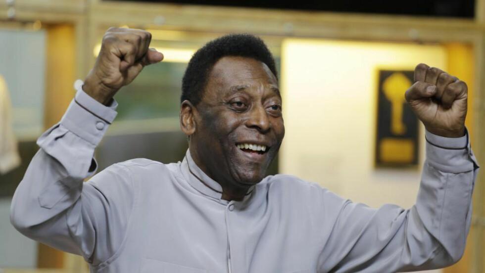 SKRIVES UT: Den brasilianske fotballegenden Pelé (74) har overvunnet nyresykdommen, og tirsdag skrives han ut fra sykehuset som har behandlet ham de siste to ukene. Foto: AP Photo / Nelson Antoine / NTB Scanpix
