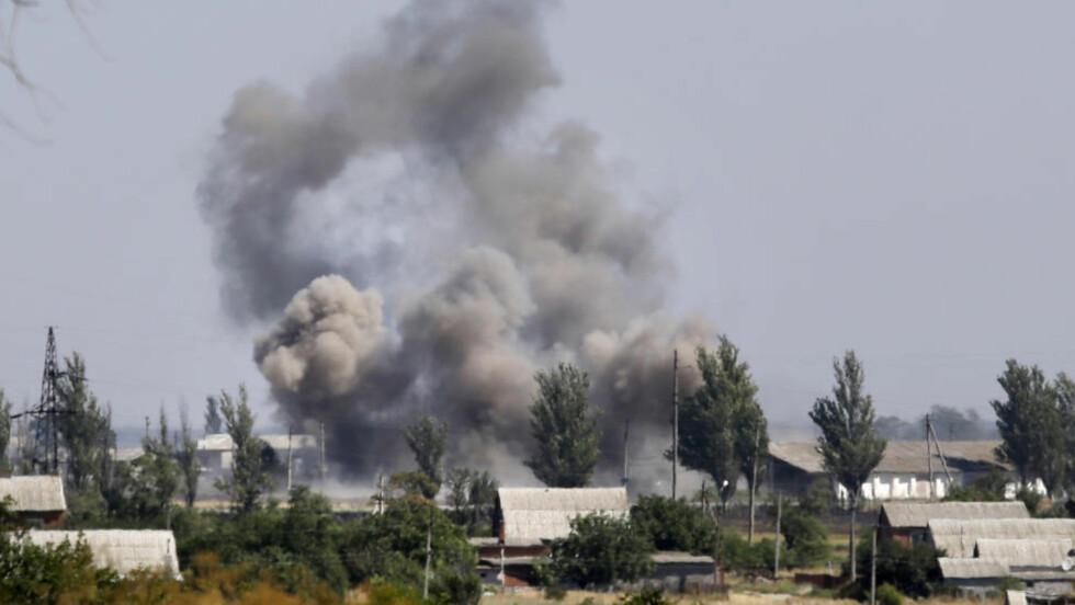 KRIG: Russiskvennlige separatister angrep Novoazovsk i Øst-Ukraina onsdag. Foto: AP / Sergei Grits / NTB scanpix