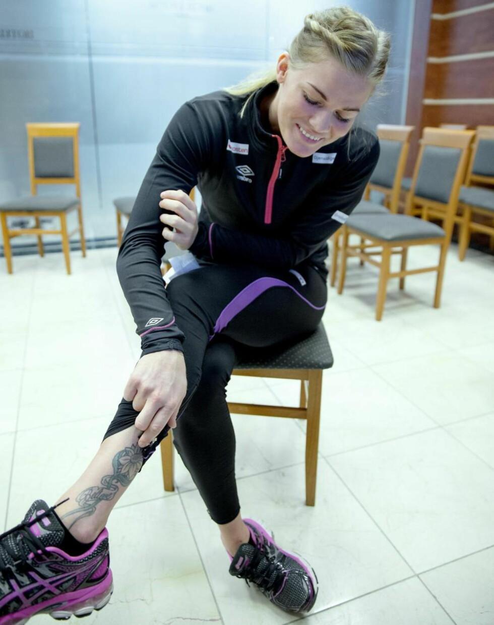 EVIG MINNE:  Veronica Egebakken Kristiansen viser tatoveringen hun anskaffet til minne om mammaen sin som hun mistet i kreft altfor tidlig. Foto: Bjørn Langsem