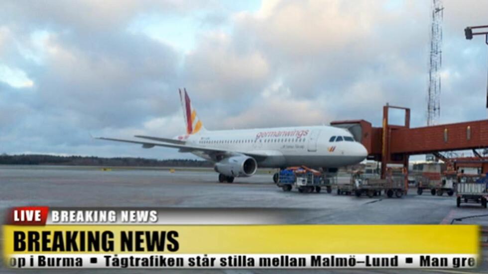 BOMBETRUSSEL: Svensk politi undersøker en bombetrussel mot et fly på Arlanda i Stockholm. Foto: Expressen