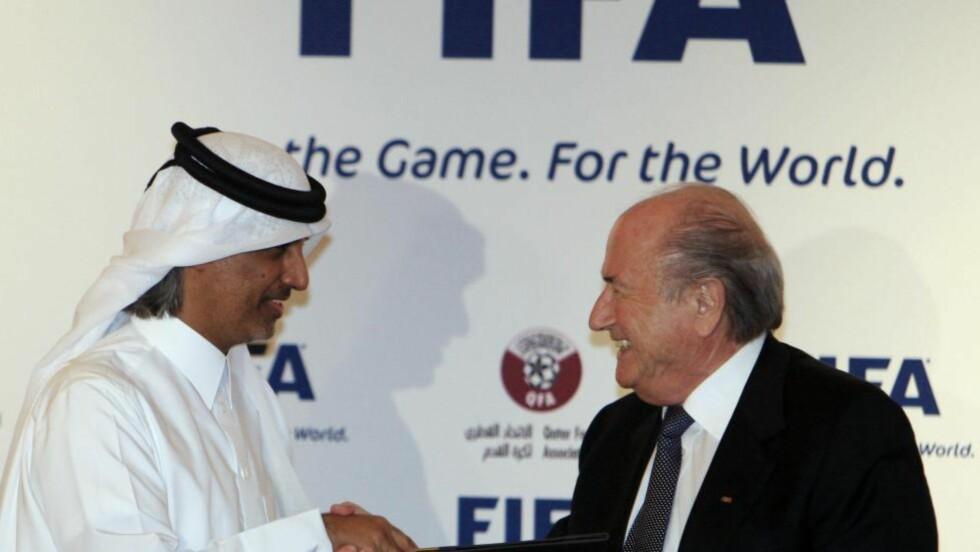 KORRUPSJONURO. Det er mer korrupsjonstrøbbel for FIFA-sjef Sepp Blatter og sjeik Hamad bin Khalifan bin Ahmed i forbindelse med at Quatar fikk tildelt VM i 2022. Disse smilene kom under tildelingen. Foto: AFP.