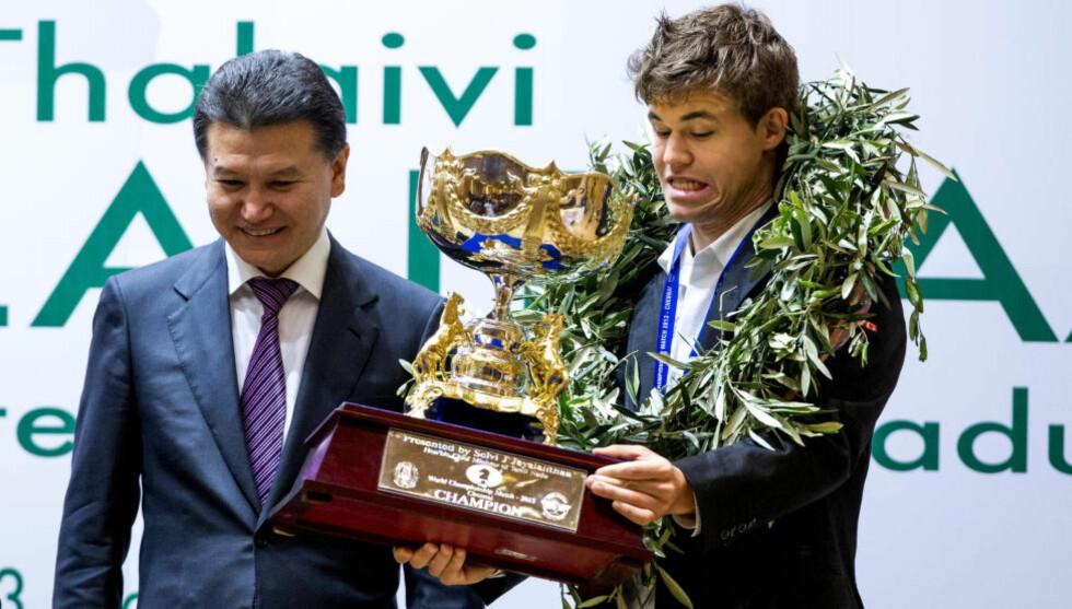 «CHAMPION»: Det sto det på VM-troféet Magnus Carlsen mottok av FIDE-president Kirsan Iljumzjinov i fjor. Nå kan samme mann nekte ham å forsvare det. Foto: Erlend Aas / NTB scanpix