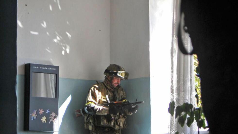 HARDE KAMPER: En ukrainsk soldat puster ut etter kamper med separatister i Ilovaisk for to dager siden. Foto: EPA/IVAN BOBERSKYY