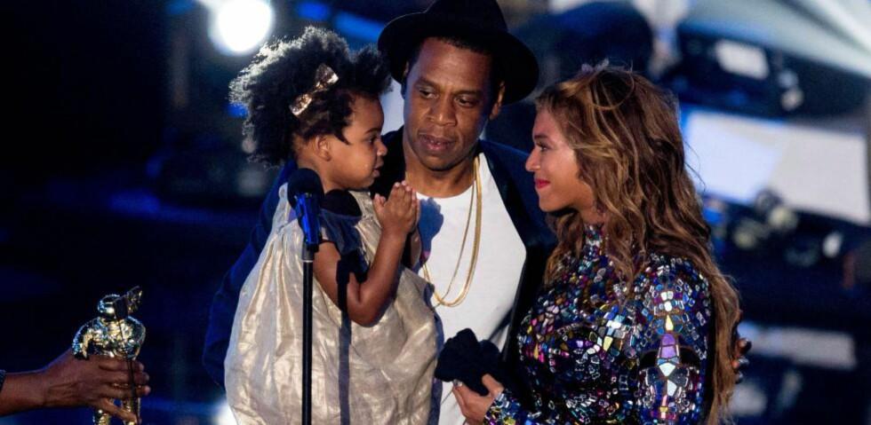 OVERRASKET:  Artisten Beyoncé ble hedret under MTV Video Music Awards i natt. Hun ble overrasket da ektemannen Jay-Z tok med datteren deres, Blue Ivy, på scenen. Foto: NTB Scanpix