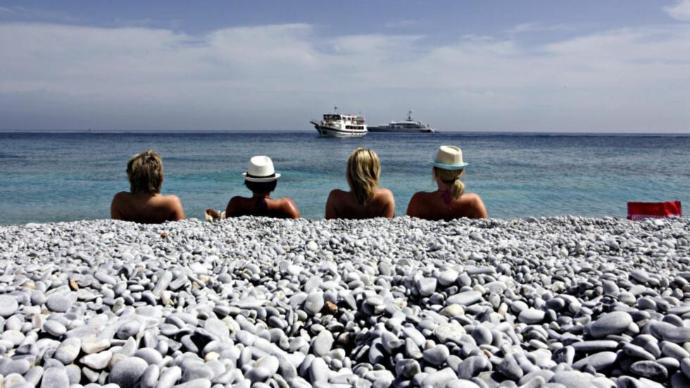 LALARIA: Stranda som er berømt for sine små,blankslipte rullesteiner, er bare tilgjengelig med båt. Foto: OLE C.H. THOMASSEN