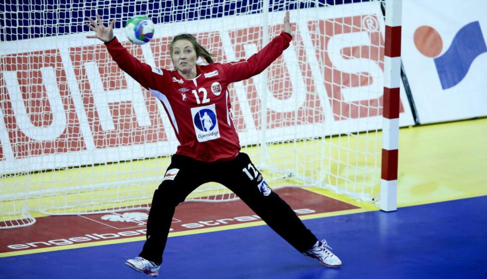 SPILTE SEG OPP: Norges førstekeeper Silje Solberg fikk en tøff start mot Ukraina, men spilte seg stort opp og bidro til slutt til at Norge vant EM-kampen med 11 mål.