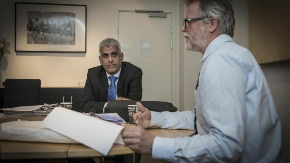 KASTET UT: Jemenitten Ahmed Aldiani har engasjert seg i Martine-saken - men er nå kastet ut av Norge. Han skal ha blitt fengslet og adskilt fra familien sin i Jemen. Her med sin advokat Karstein Egeland. Foto: Lars Eivind Bones / Dagbladet