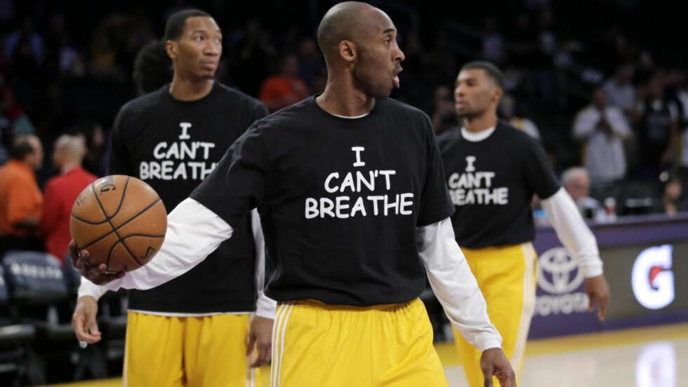 PROTESTENE SPRER SEG I IDRETTEN. Cobe Bryant er stor i amerikansk basketball. Han er en av flere og flere stjerner som aksjonerer med de siste ordene til Eric Garner. Seks-barns faren som ble drept av en hvit politimann, beskyldt for å ha solgt sigaretter ulovlig. Foto: