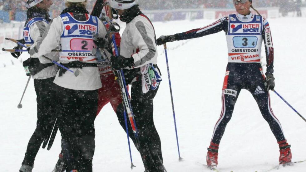 <strong> BEDRE ENN DOPERNE:</strong>  Det norske laget jubler etter stafettgull i 2005, og blir gratulert av Julia Chepalova. Litt seinere ble den russiske toppløperen tatt for doping. FOTO: Reuters/Leonhard Foeger.