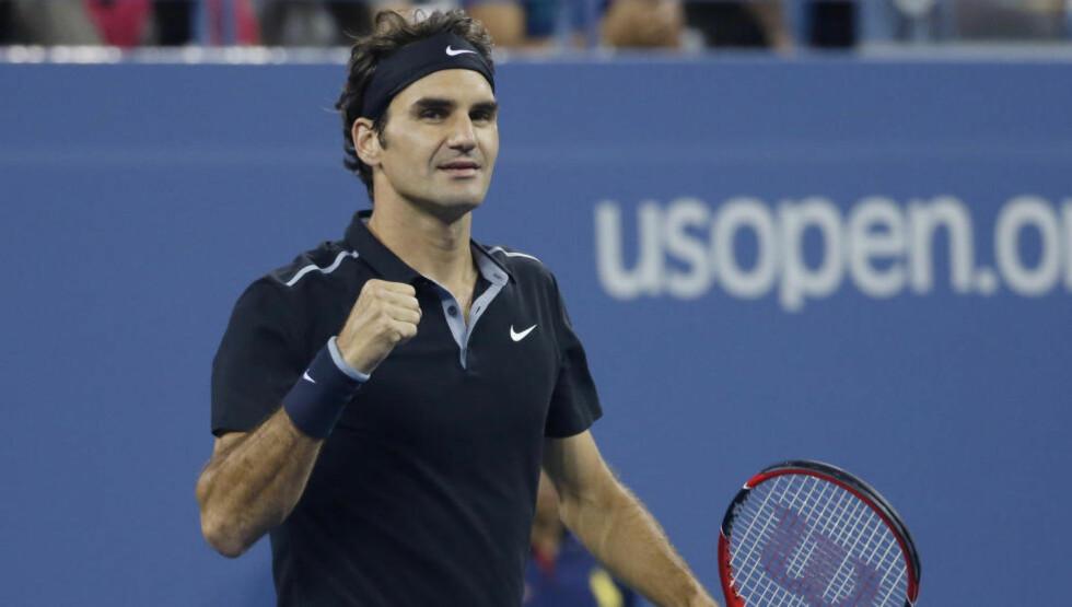AVANSERTE: Roger Federer holdt godt unna for servene fra Sam Groth og gikk kontrollert videre i US Open. Foto: Shannon Stapleton / Reuters / NTB Scanpix