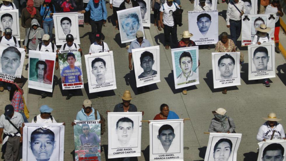 PROTESTERER: Pårørende til de 43 studentene, som her er fotografert under en demonstrasjon 2. desember, fortviler. Foto: REUTERS / Jorge Dan Lopez / NTB scanpix