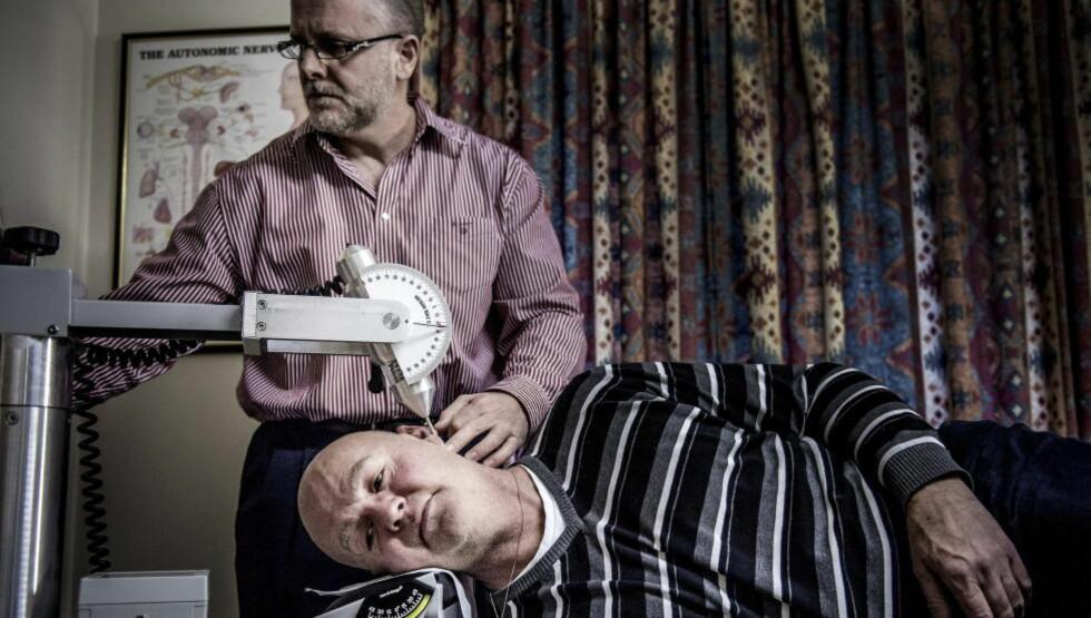 SMERTEHELVETE:  I 34 år har Anders Østli (53) fra Kvam i Gudbrandsdalen hatt voldsomme nakkesmerter etter en trafikkulykke. Her får han trykkbølgebehandling av kiropraktor Iain G. Smith i England. - Nå har jeg håp om endelig å få hjelp, sier Østli.  Foto: Øistein Norum Monsen / DAGBLADET