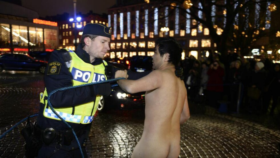 DEMONSTRERTE: Stockholmspolitiet pågriper en naken mann i forbindelse med Nobelprisutdelingen i Stockholm konserthus. Mannen ønsket å minne om mottakeren av Nobels Fredspris 2010, Liu Xiaobo, som fortsatt er fengslet i Kina. Foto: VILHELM STOKSTAD / TT / NTB scanpix