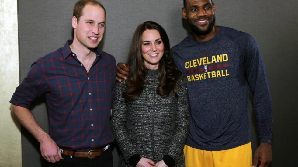 OOPS: Lebron James fikk møte prins William og hertuginne Kate etter en basketkamp mandag. Da brøt han en tradisjonell britisk etikette ved å berøre hertuginne Kate. I Storbritannia er det nemlig slik at en vanlig borger ikke skal berøre et medlem av kongefamilien, selv om det er helt uskyldig. Foto: EPA/Neilson Barnard / POOL