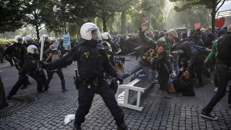 FLERE PÅGREPET: Politi aksjonerer mot motdemonstranter i forbindelse med møtet til det høyreekstreme Svenskarnas Parti i Stockholm lørdag. Flere ble pågrepet. Foto: Fredrik Persson / TT / NTB scanpix