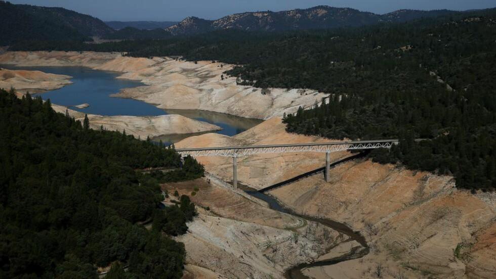 TØRKE: Lake Oroville i California er en av innsjøene som nærmest har tørket ut under den så langt 18 måneder lange ekstremtørken på USAs vestkyst. Foto: Justin Sullivan/Getty Images/AFP/NTB Scanpix