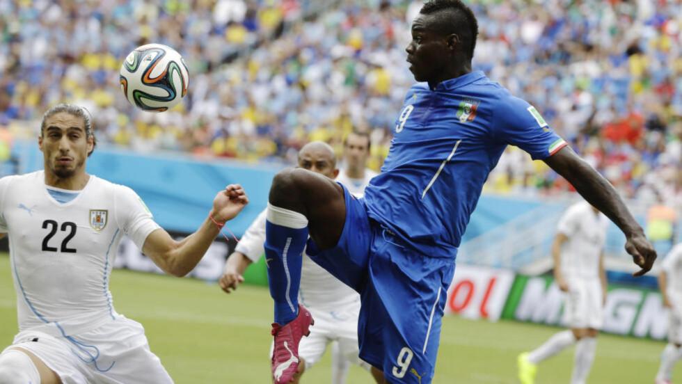 VRAKET: Mario Balotelli. Her i duell med Uruguays Martin Caceres under sommerens VM-sluttspill i Brasil. Foto: AP Photo/Ricardo Mazalan/NTB Scanpix