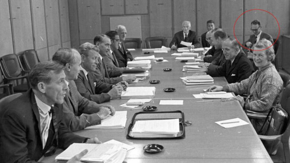 VISSTE MANGE HEMMELIGHETER: Bjørn Kristvik (rød sirkel) var sekretær for Stortingets utenriks- og konstitusjonskomité fra 1965 til 1971. Fra v. rundt bordet: Alfred Henningsen (Ap), Trygve Bratteli (Ap), Andreas Wormdahl (Ap), Lars Leiro (Sp), Erling Petersen (H), Nils Langhelle (Ap), Bent Røiseland (V), Otto Lyng (H), Finn Moe (Ap), Svenn Stray (H), Lars Korvald (KrF), Rakel Seweriin (Ap). Foto: ROLF CHR. ULRICHSEN/AFTENPOSTEN