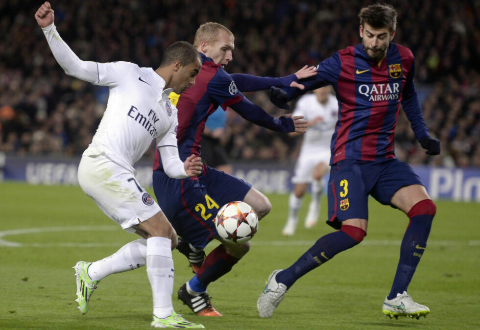 SOLID: Gerard Piqué (t.h.) gjorde en god figur i midtforsvaret da Barcelona slo PSG 3-1 i går kveld. Det er imidlertid antrekket hans fra da han ankom stadion som er blitt snakkisen etterpå. Foto: AP Photo / Manu Fernandez / NTB Scanpix