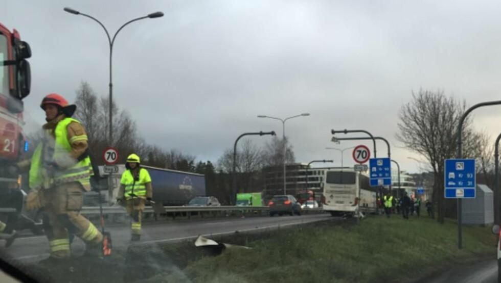 KJØRTE AV VEIEN:  Da føreren av bussen som fraktet pasienter, fikk et illebefinnende kjørte bussen av veien på ring 3 i Oslo ved Rikshospitalet. Foto: Dagbladet-tipser