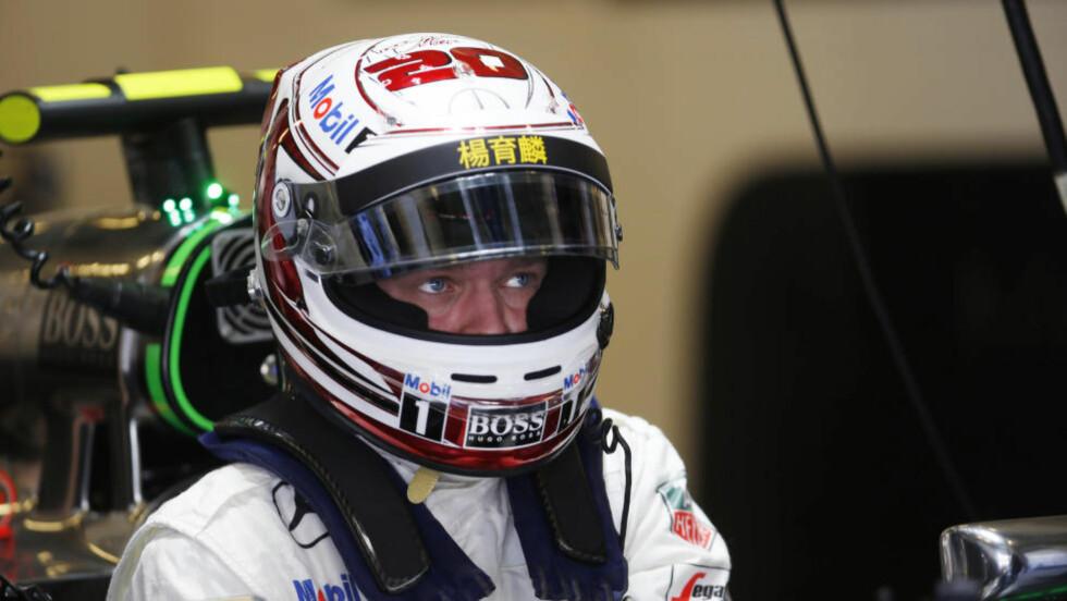 BLIR RESERVE: Danske Kevin Magnussen har kjørt for McLaren-Mercedes denne sesongen, og ble nummer 11. Nå har McLaren fått inn Fernando Alonso, som sammen med Kevin Button vil utgjøre McLarens duo neste sesong. Det dytter Kevin Magnussen ned i en reserverolle. Foto: AP/Luca Bruno.