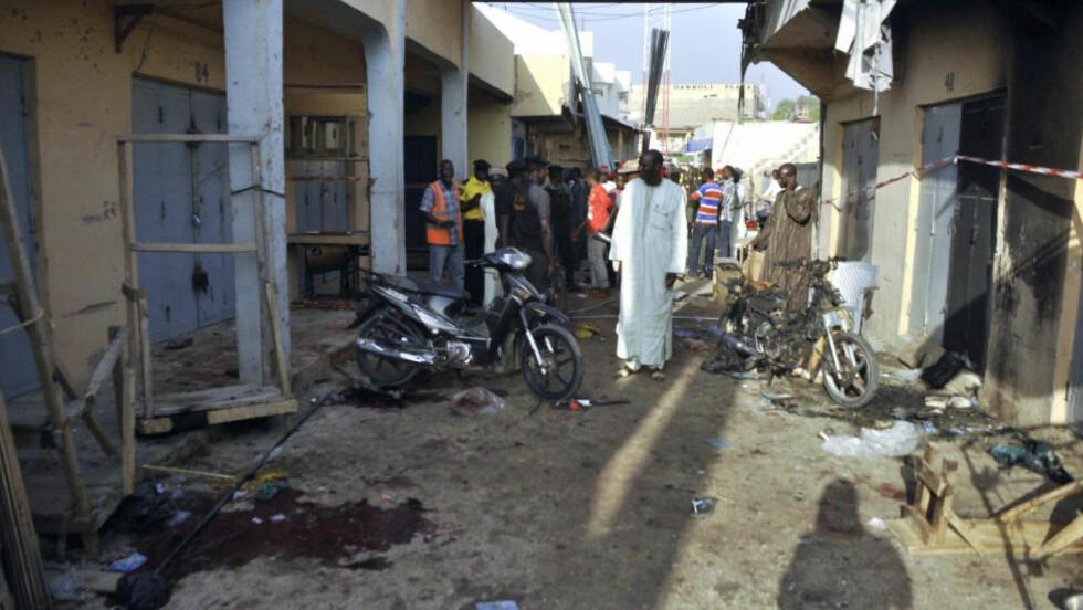 SELVMORDSBOMBERE: Fire personer ble drept i tillegg til de to unge kvinnene som sprengte seg i lufta i Kano i Nigeria i dag. Foto: REUTERS / Stringer / NTB scanpix
