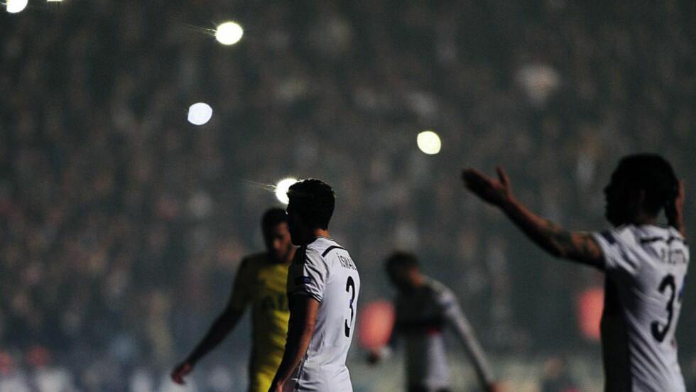 HELSVART: Tottenham tapte for Besiktas på en mørk aften i Istanbul. To ganger ble kampen avbrutt grunnet lysproblemer. Foto: NTB Scanpix