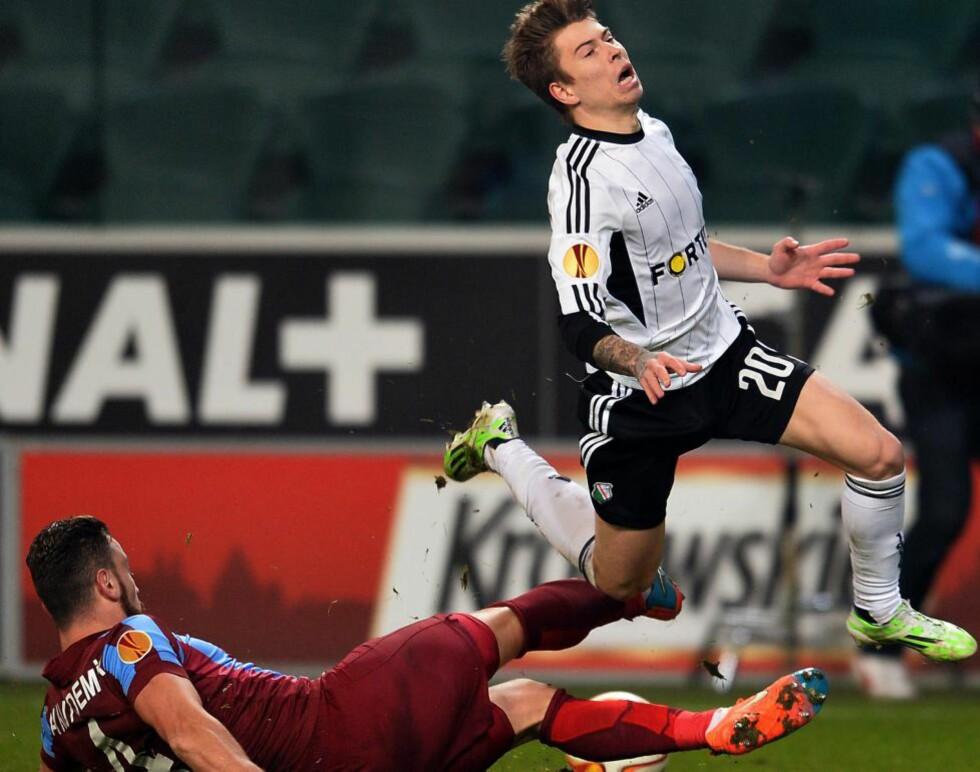 MANGE SMELLER: Legias Jakub Kosecki (t.h.) ogTrabzonspors Aykut Demir i en av mange saftige dueller i kveldens Europa League-kamp. Foto: NTB Scanpix
