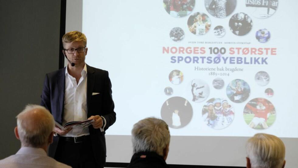 """BOKLANSERING: Svein Tore Bergestuen pressanterer boken """"Norges 100 største sportsøyeblikk"""" som han har skrevet sammen med Morten Stokstad. Foto: Torstein Bøe / NTB scanpix"""