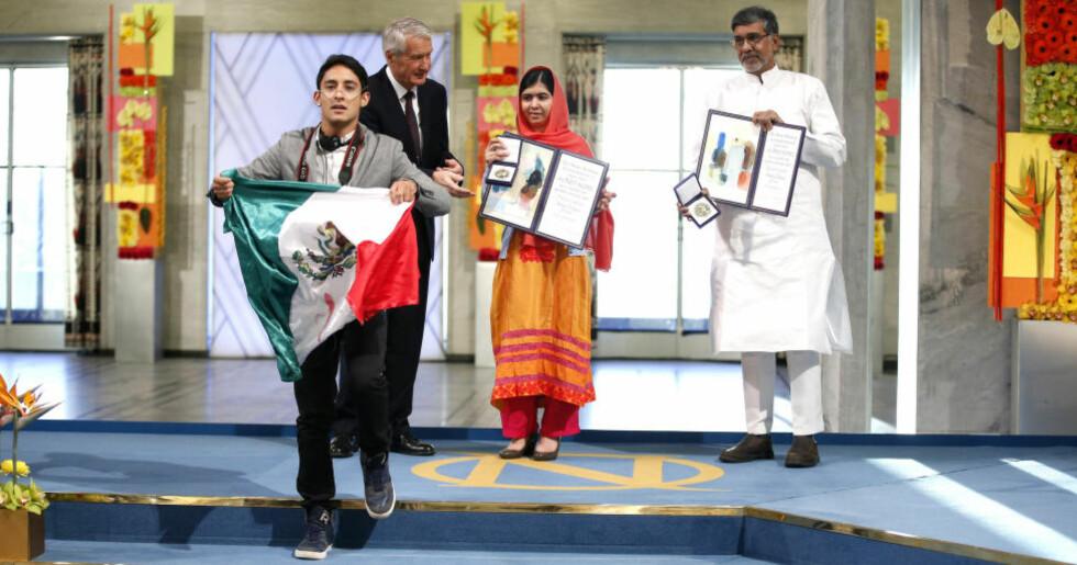 FÅTT BOT OG AVSLAG: Adán Corés kom seg opp på Nobel-scenen foran Thorbjørn Jagland og fredsprisvinnerne Malala Yousafzai og Kailash Satyarthi i Oslo Rådhus på onsdag. Siden det har hatt fått 15 000 kroner i bot, og avslag på asylsøknaden. Foto: Cornelius Poppe / NTB Scanpix