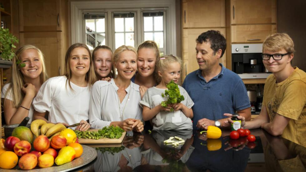 LANG, LANG REKKE: Berit Nordstrand med barna (f.v.) Live (19), Ingrid (21), Karoline (15), Anna (17), Mathea (7), ektemannen Arnfinn (48) og sønnen Petter (23). Foto: METTE RANDEM