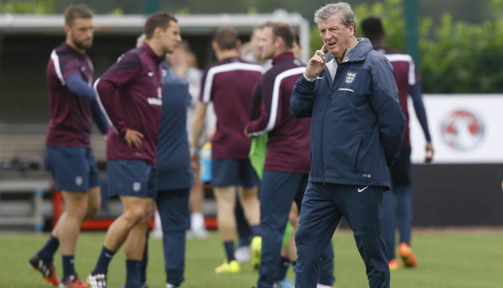 SKUFFET I VM: Roy Hodgson erkjenner at det britiske folk forventer storseier mot Norge, men beskriver kampen som tøff. Her fra dagens England-trening. Foto: AP /Kirsty Wigglesworth / TT / NTB SCANPIX