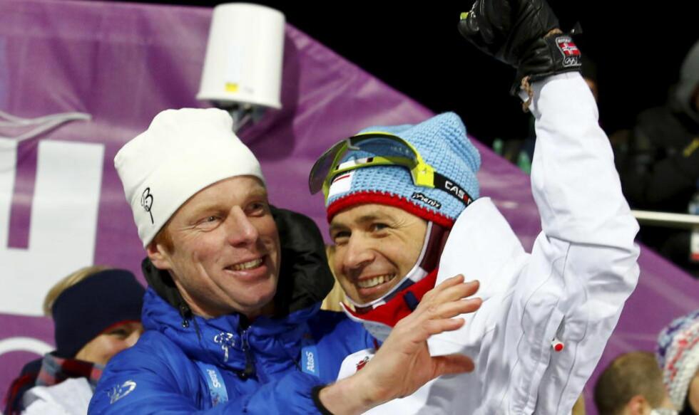 - GRATTIS, OLE: Bjørn Dæhlie var en av de første gratulantene da Ole Einar Bjørndalen vant sprinten i Sotsji. Foto: Foto: Heiko Junge / NTB Scanpix