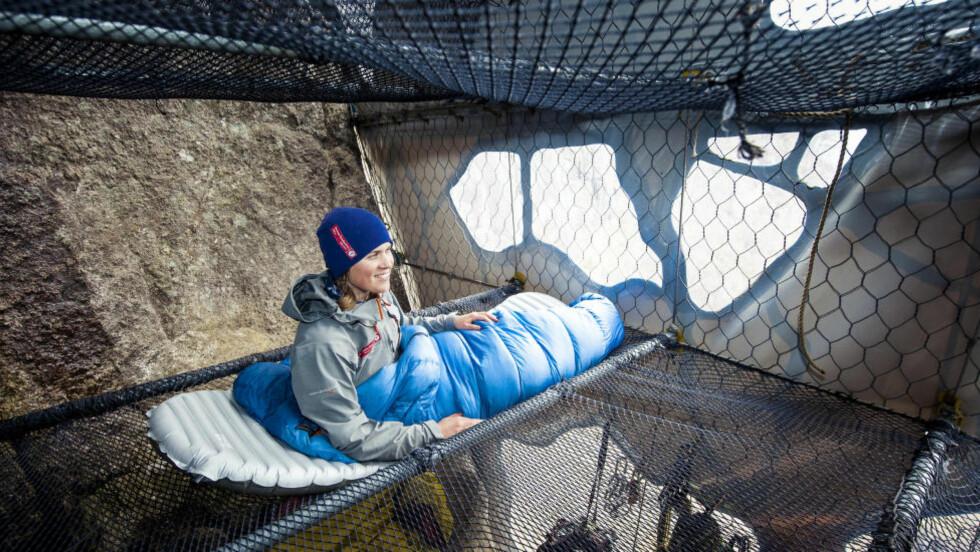 HØYTEHENGENDE: Om du ikke får nok av høyder av å gå på Prekestolen, har Den Norske turistforeningen bygget en åtte meter høy felleshytte hengende i fjellveggen i tilknytning til Prekestolen fjellstue. Foto: KRISTOFFER RYDE / DEN NORSKE TURISTFORENING