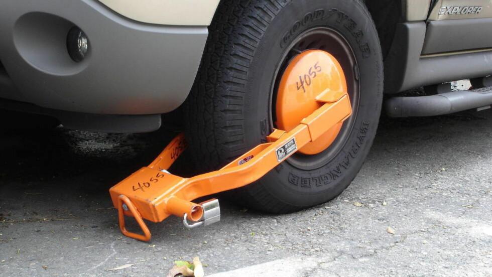 LOVFORLSAG:  I fremtiden skal politiet, tollvesenet og Vegvesenet få lov til å bruke hjullås for å holde tilbake kjøretøy når sjåføren ikke gjør opp for seg. Regjeringen la fredag fram et lovforslag som åpner for dette.  Illustrasjonsfoto: Wikipedia Commons.