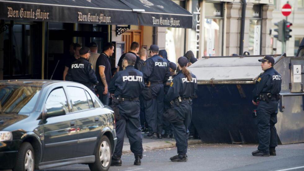 CASUALS-JAKT: På dette bildet gjennomfører politiet kontroll av Vålerenga-supportere etter at det hadde vært en betalje mellom VIF- og LSK-fans utenfor Ullevål natt til 8. august i fjor. Regjeringens nye lovforslag vil gjøre det lettere for politiet å gjennomføre slike aksjoner. Foto: Øistein Norum Monsen / DAGBLADET