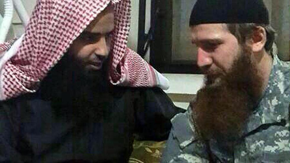 - MED IS-SJEF: På dette bildet sitter det som skal være den kuwaitiske religiøse lederen Hajjaj al-Ajmi med IS-kommandør Omar al-Shishani.