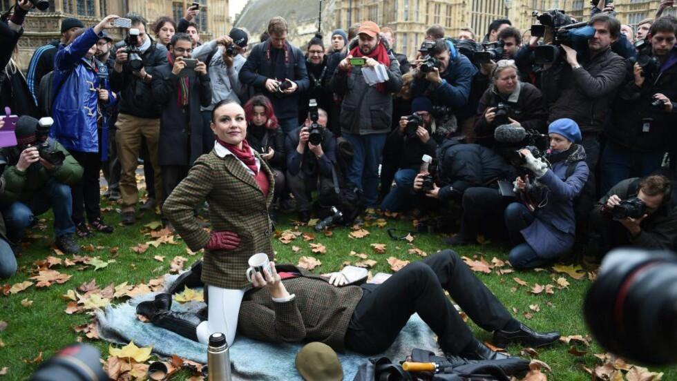 FOTOVENNLIG: Pornoskuespillere og -tilhengere demonstrerte i London i dag mot at blant annet denne teknikken ikke lenger er tillatt i britiske pornoproduksjoner. Foto: EPA / ANDY RAIN / NTB scanpix