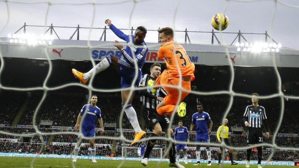 STARTER I KVELDSLYS: Newcastle-Chelsea var første kamp forrige runde. Den hadde avspark 13.45 på lørdag. Om to sesonger vil flere av serierundene åpne allerede fredag kveld. Foto: NTB Scanpix
