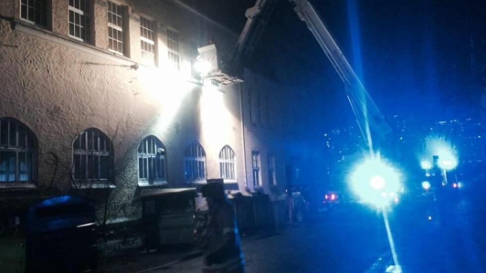- MYE RØYK:  - Det er ganske mye røyk. Det ser ut til å brenne i andre etasje, sier Geir Barstein, Dagbladets mann på stedet. Foto: GEIR BARSTEIN/DAGBLADET