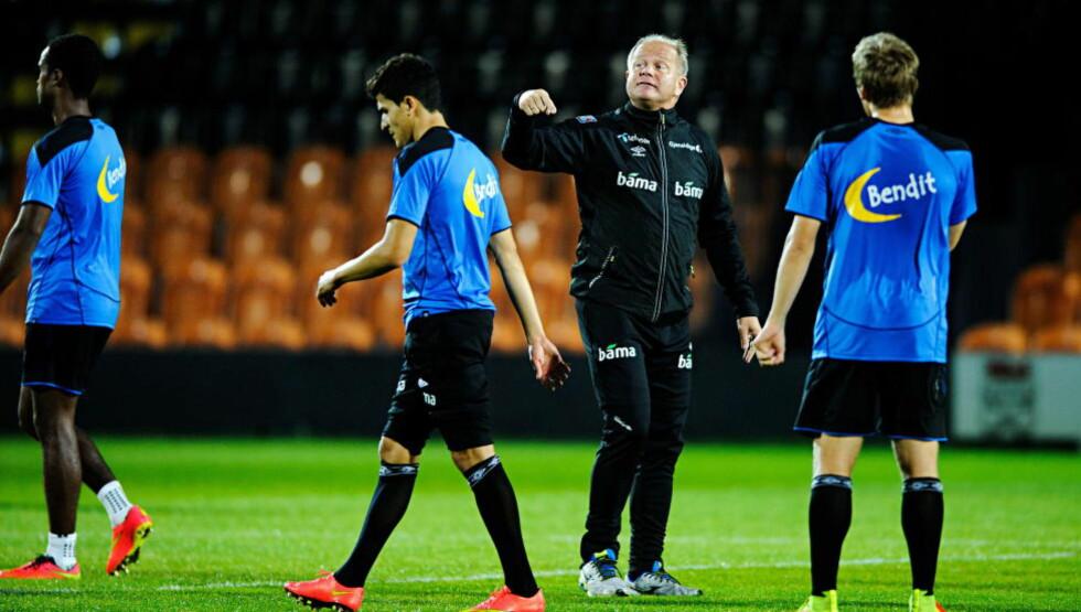 PÅ PLASS I ENGLAND:   Per-Mathias Høgmo og landslaget trente i London i går kveld. Foto: Sjur Stølen / Dagbladet