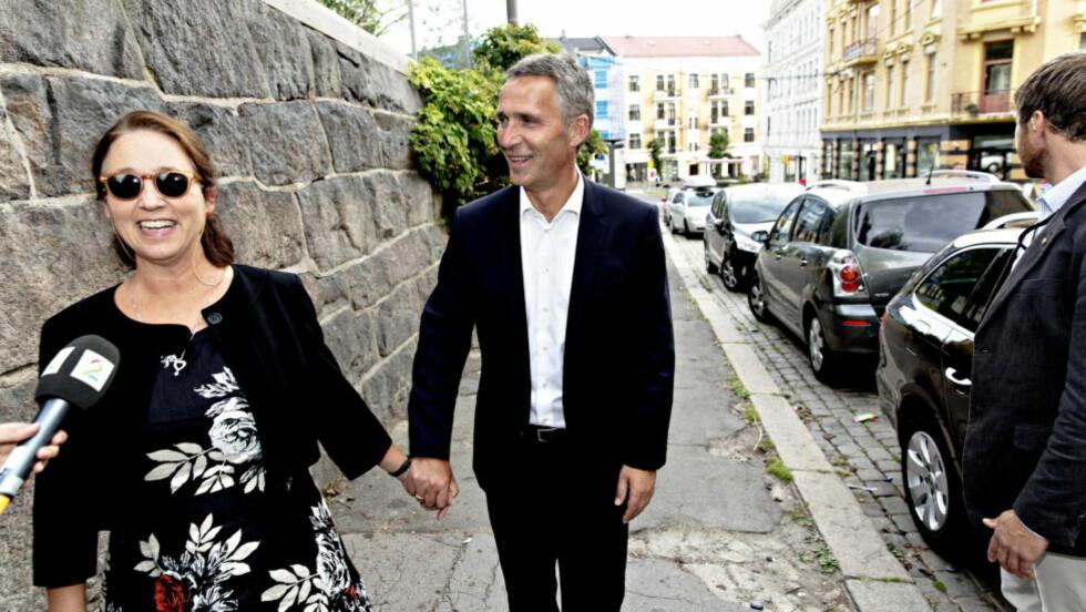 BRUSSEL OG OSLO: 1.oktober starter Jens Stoltenberg som Natos generalsekretær med base i Brussel. Hans kone Ingrid Schulerud drive med EØS-forhandinger med base både i Oslo g Brussel. Her på vei til valg ved Uranienborg skole der det stemmes.  Foto: Lars Eivind Bones / Dagbladet