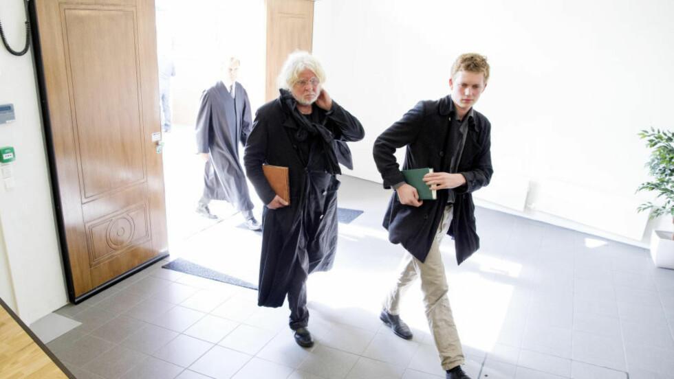 I RETTEN: Kunstneren Odd Nerdrum på vei inn til Larvik tingrett sammen med sønnen Øde Spildo Nerdrum tirsdag.  Foto: Håkon Mosvold Larsen / NTB scanpix