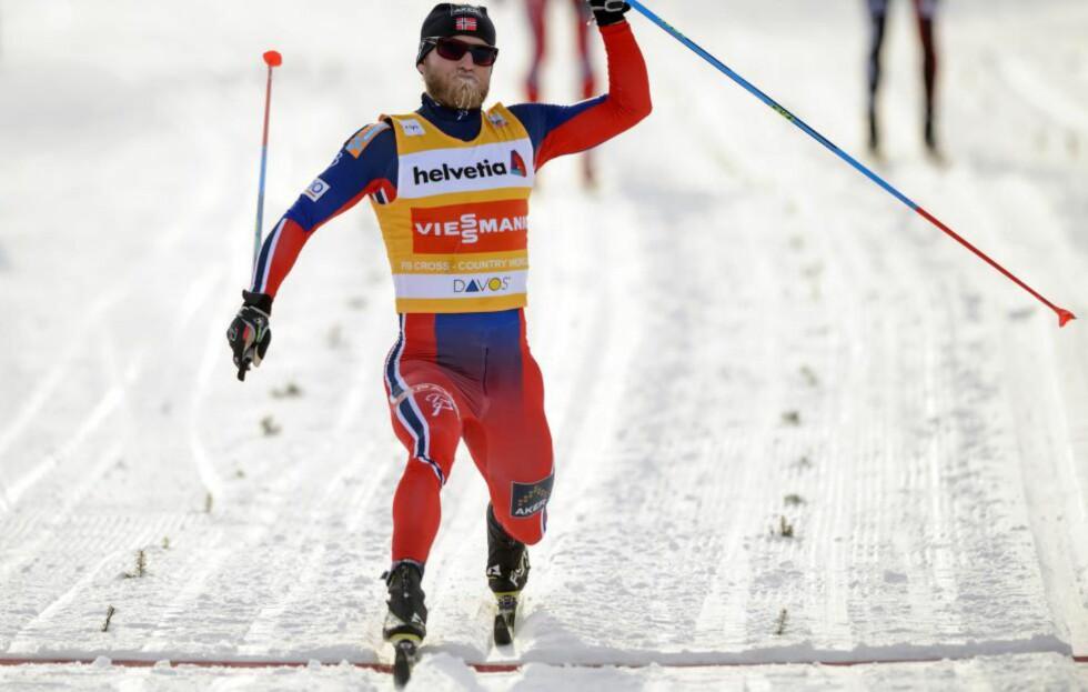 BEST IGJEN: Men etter sin første verdenscupseier i Davos var Martin Johnsrud Sundby like opptatt av at han burde prøvd å stake rundt han også.Foto:  AFP / FABRICE COFFRINI / NTB Scanpix